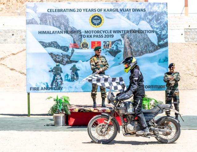 Lt. General YK Joshi flags-in Hema Choudhary after the 1,100 km expedition.