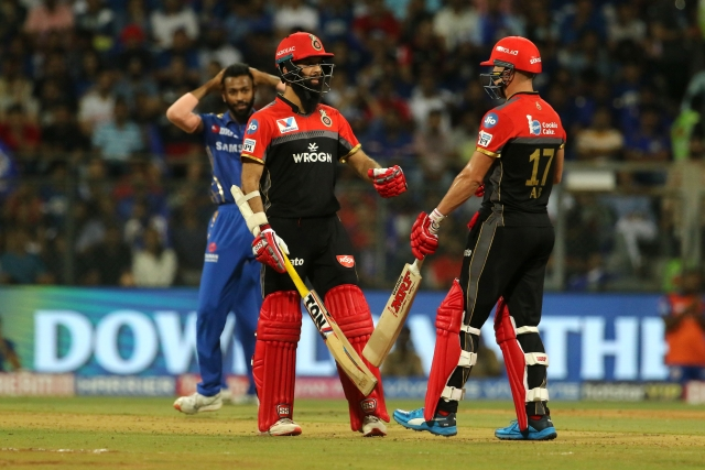 AB de Villiers and Moeen Ali hit impressive half centuries to guide Royal Challengers Bangalore to a respectable 171 for 7.