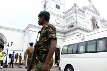 Colombo, April 21, 2019 (Xinhua) -- Security staff stand on guard outside the St. Anthony