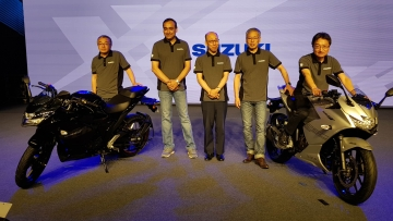 The Suzuki Gixxer SF 150 (left) and Suzuki Gixxer SF 250 (right) with the top management at the company.