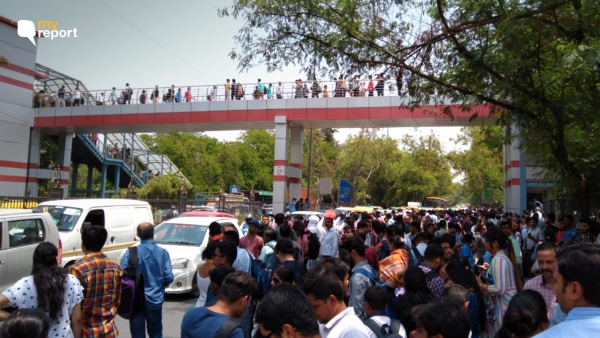Hundreds were stranded near the Qutub Minar-Chattarpur area due to a technical error in the Delhi Metro  line.