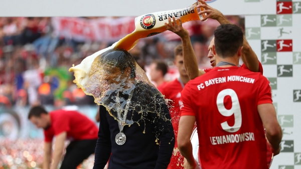 Bayern's Arjen Robben pours beer over coach Niko Kovac to celebrate Bayern's 7th straight Bundesliga title.