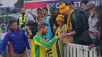 Warner gifts his player of the match award to young fan