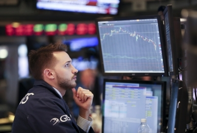 US stocks end lower on tech sector weakness