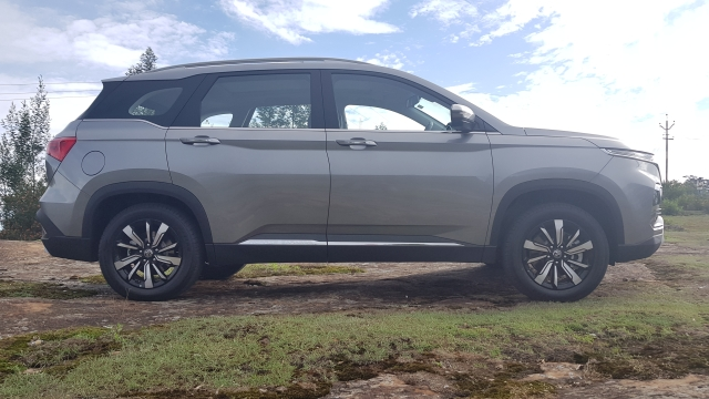 The MG Hector offers 198 mm of ground clearance and has a 2,750 mm wheelbase, enough to clear most rough terrain.