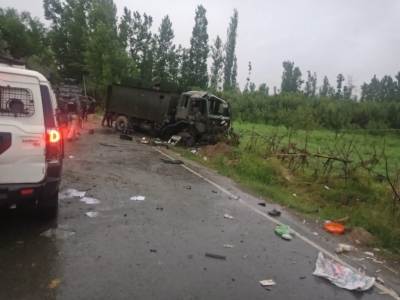 Militants attack army convoy with IED in Pulwama