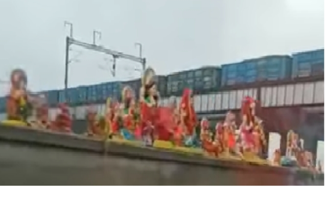 It can be seen that the idols are of a goddess and not of Ganpati.