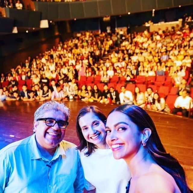 Deepika, Rajeev Masand, and Anupama Chopra pose.