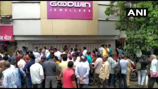 Thane Police in Maharashtra are in the process of issuing lookout notices against owners of the Goodwin jewellery chain which shut its outlets.