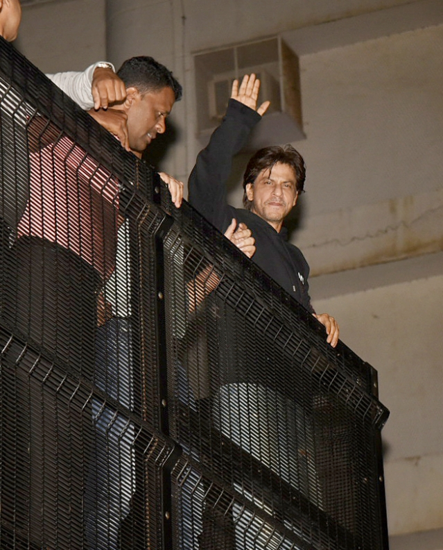 SRK waves at the crowd outside his house.