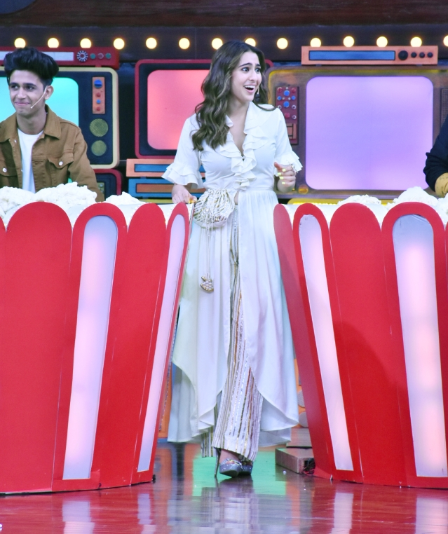 Sara Ali Khan plays a game on the sets of <i>Movie Masti with Maniesh Paul</i>.