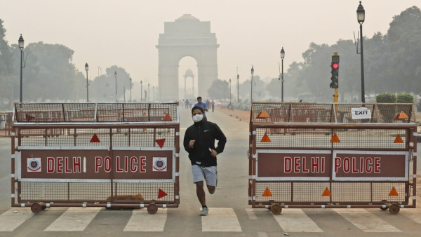 A jogger wears a pollution mask early morning amidst light smog in New Delhi. Image used for representational purpose.