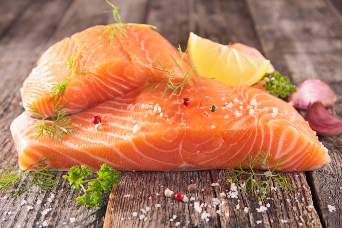 कम वसा वाली मछली जैसे सैल्मन, टूना और सार्डिन से चिपके रहें और अपने आहार में सफेद मांस जैसे दुबले मांस को शामिल करें।
