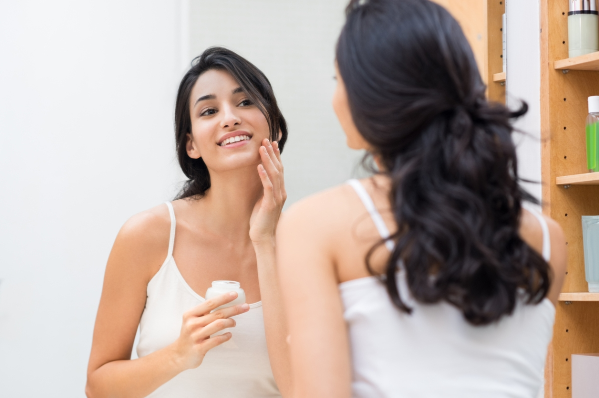 सूखी त्वचा झुर्रियों का अनुभव करेगी और प्लम्प, हाइड्रेटेड त्वचा की तुलना में तेजी से उम्र बढ़ने के लक्षण दिखाएगी।
