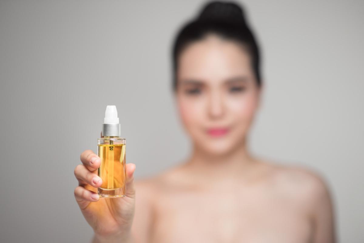 चेहरे के तेल आपकी त्वचा को पोषण और हाइड्रेटेड रखने में मदद कर सकते हैं।