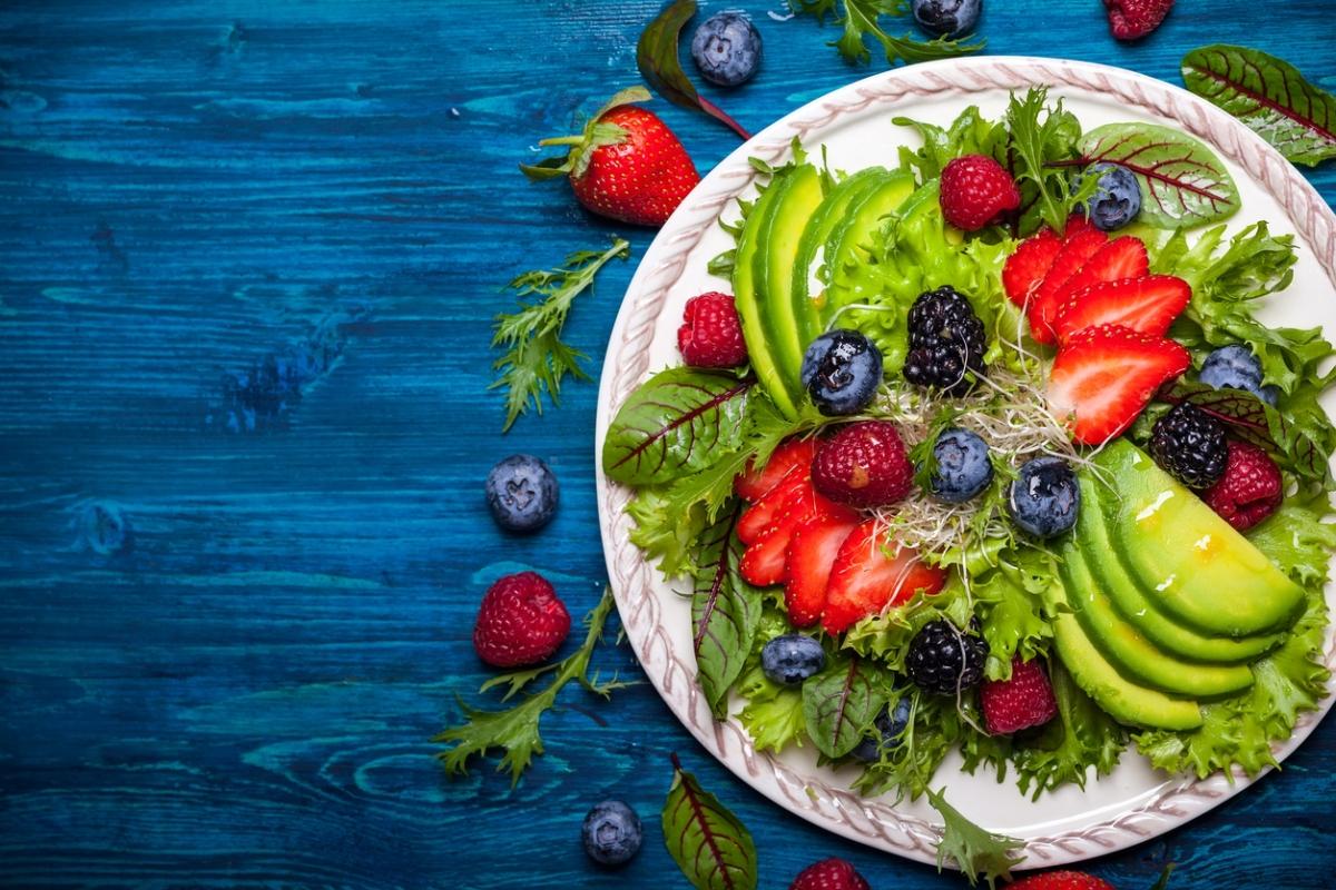 जामुन और हरी पत्तेदार सब्जियां शामिल करें।