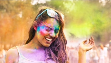 To make your struggle easy, here are some tips that can come in handy and make you skin and hair Holi-proof.
