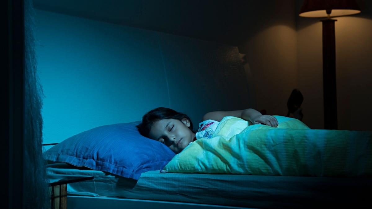 आपकी नींद पर कैफीन का प्रभाव यह भी निर्धारित करता है कि आप पूरे दिन के दौरान और सोने से ठीक पहले कितना कैफीन ले चुके हैं।