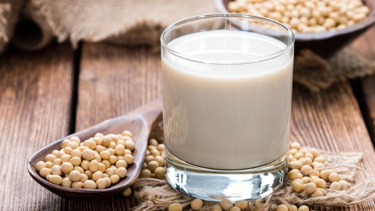 सोया दूध, अन्य सोया उत्पाद और फलियां जैसे विकल्प प्रोटीन की आवश्यक मात्रा प्रदान कर सकते हैं।