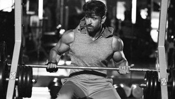 Despite his ankle injury Hrithik Roshan is working out like a beast.