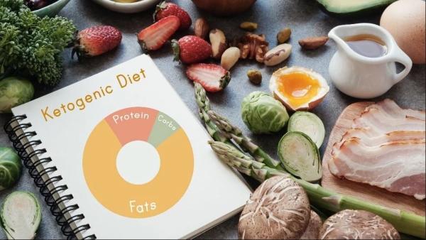 वजन कम करने के लिए काफी तेजी से लोग कीटोजेनिक डाइट अपना रहे हैं.