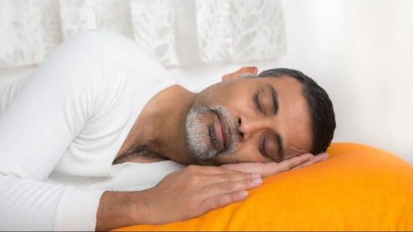 एक वयस्क को हर रात औसतन सात-आठ घंटे की नींद लेनी चाहिए.
