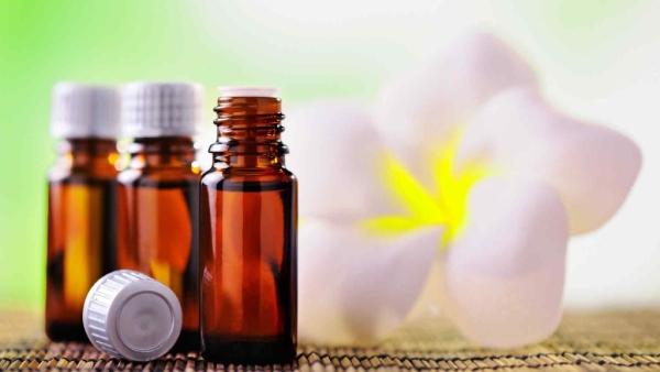 एसेंशियल तेलों से तैयार घरेलू उपचार की सामग्रियां