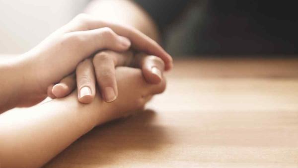 प्रियजन की आत्महत्या व्यक्ति को तोड़ कर रख देती है.