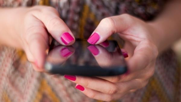 भारत में लोग अब हफ्ते के करीब 28 घंटे अपने मोबाइल फोन पर खर्च कर रहे हैं.