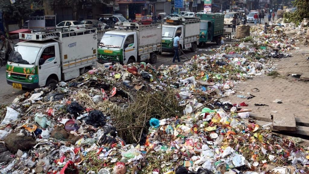 EDMC Strike: Workers Dump Garbage Outside AAP MLA's House ...