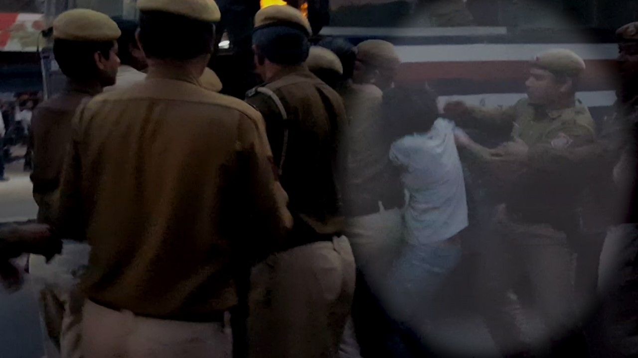 thequint.com - Male Cops Beat Women at Ramjas, What's Delhi Police Going to Do?