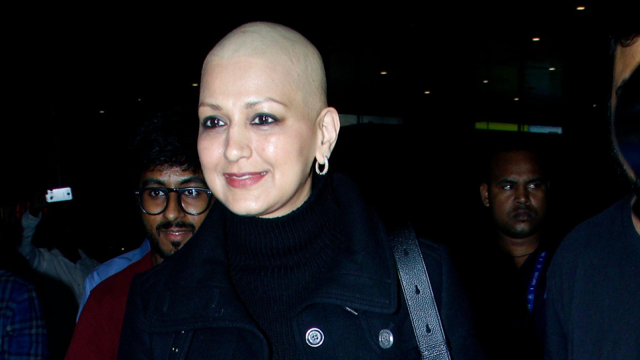 Image result for Sonali Bendre returns to India after Cancer Treatment, spotted at Mumbai airport