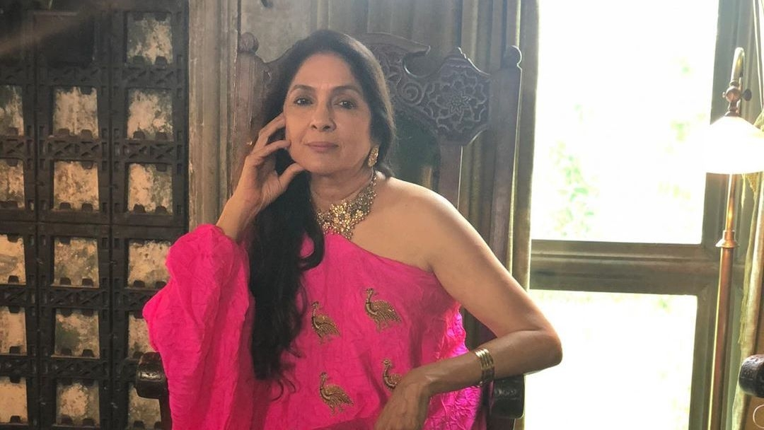 Neena Gupta Sings a Heartfelt Song at a Party, Fans Get Emotional