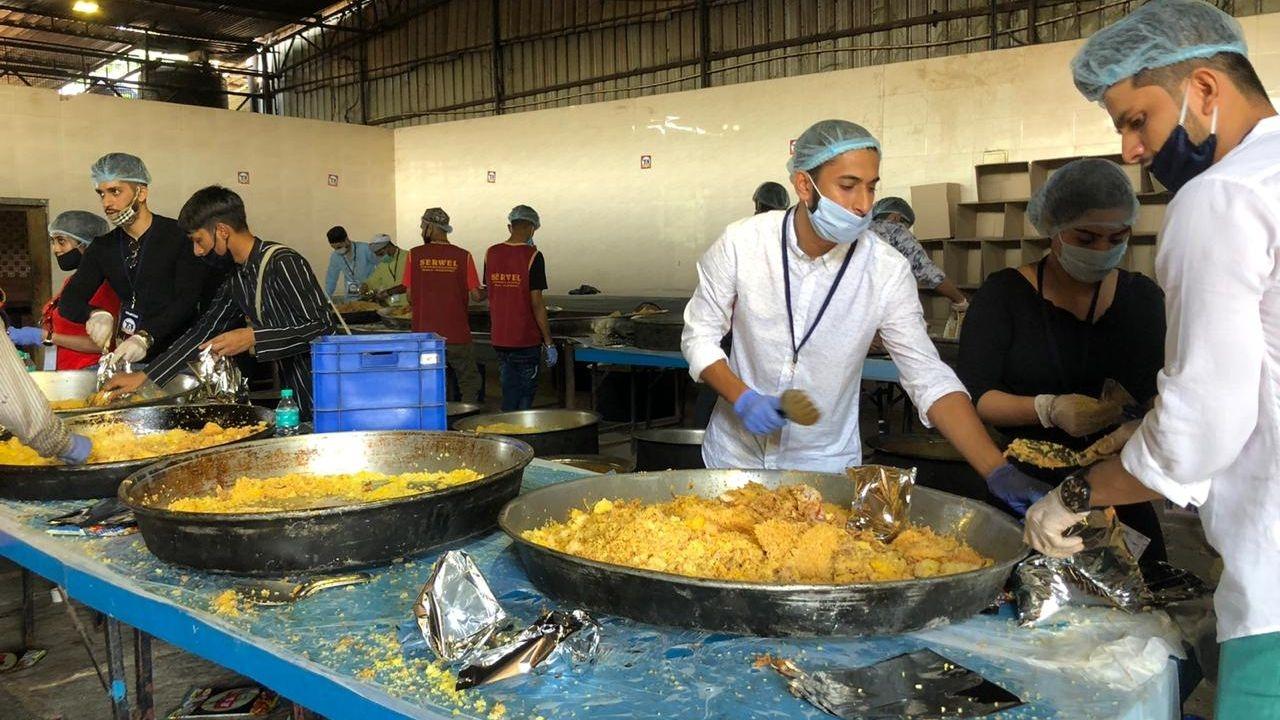 In Pics: B'luru Volunteers Cook 20k Plates of Biryani for Migrants