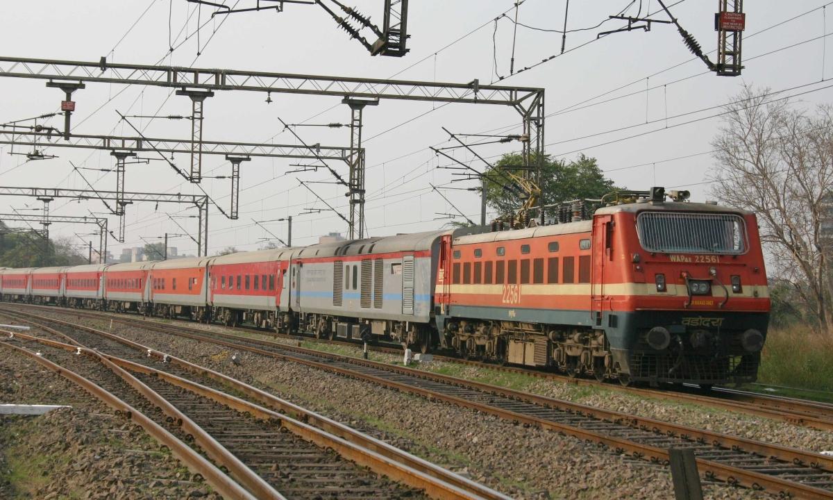 झारखंड के गिरिडीह जिले में नक्सलियों ने रेलवे ट्रैक उड़ाया