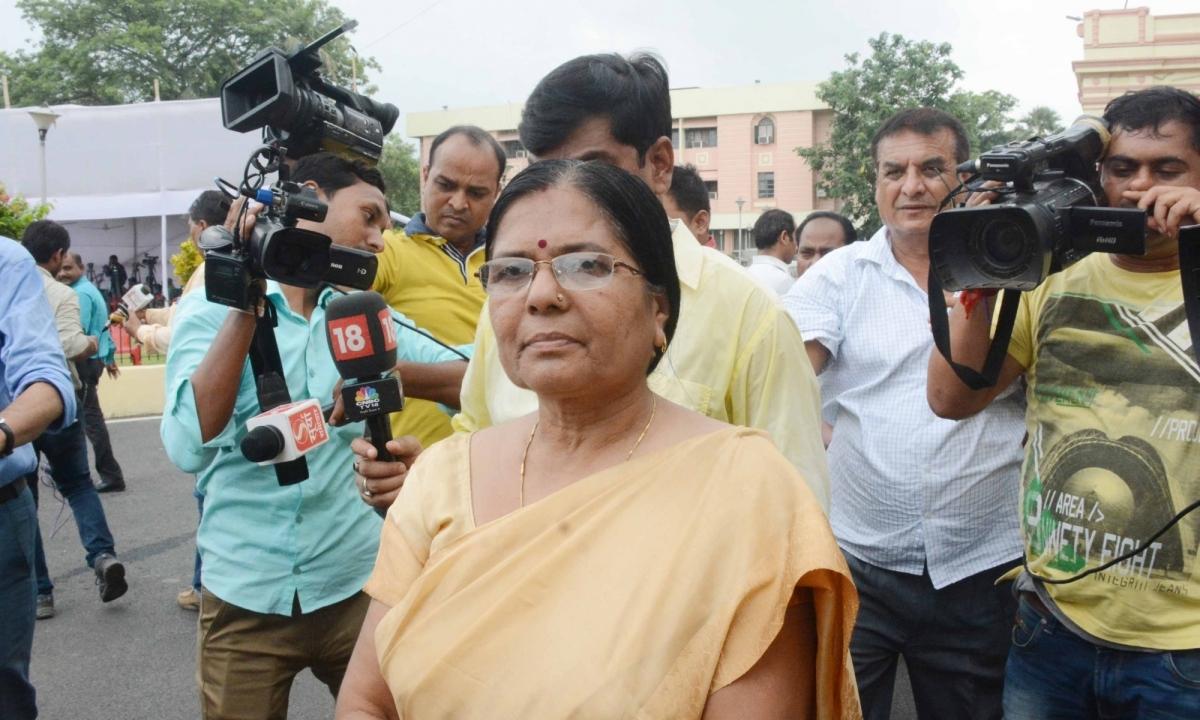 मुजफ्फरपुर शेल्टर होम कांड: आर्म्स एक्ट मामले में फरार पूर्व मंत्री मंजू वर्मा ने किया आत्मसमर्पण, बुर्का पहेन कर पहुंची