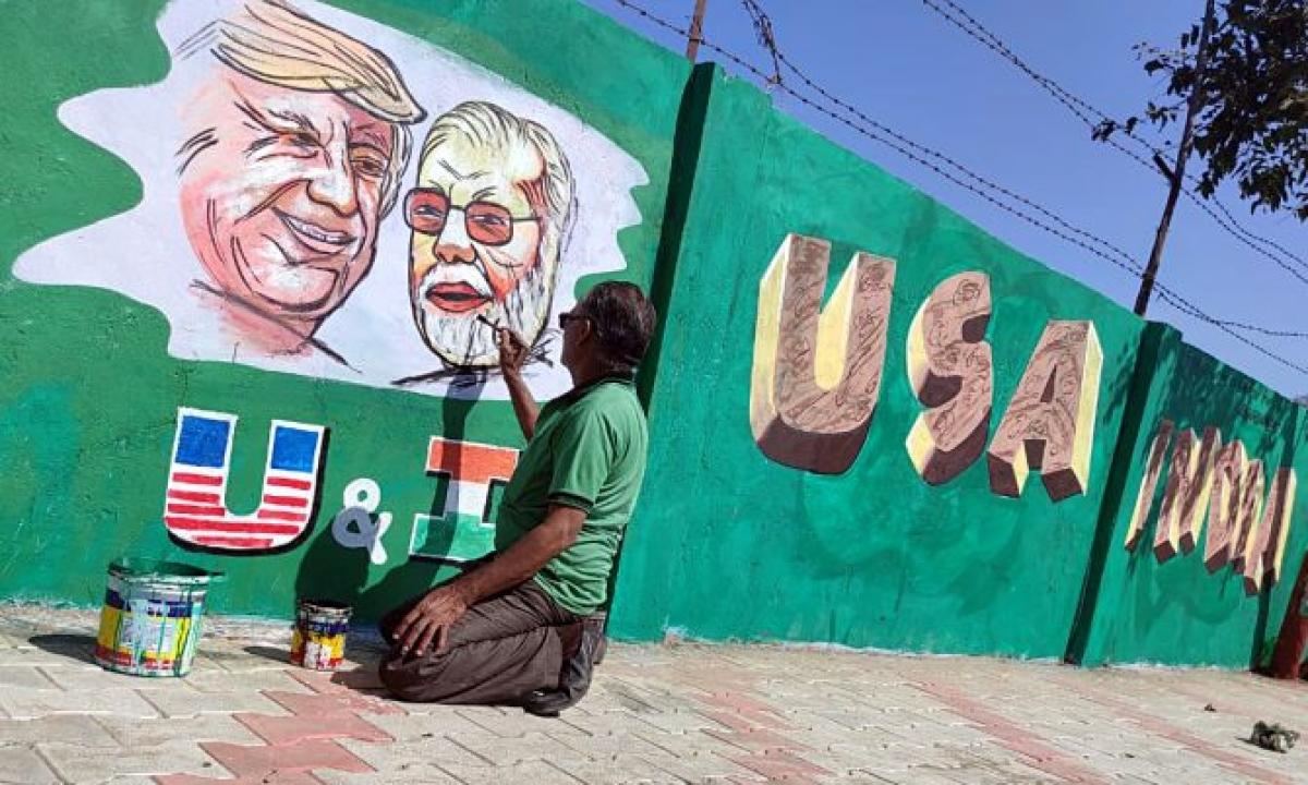 Namaste Trump: पंजाब के कलाकार ने ट्रम्प की पेंटिंग्स को दिया फाइनल टच।