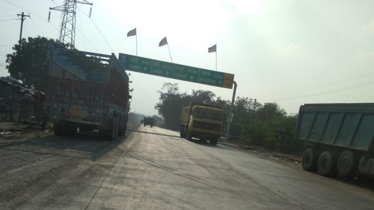 Encroachment of Trucks on Banda-Mahoba Highway