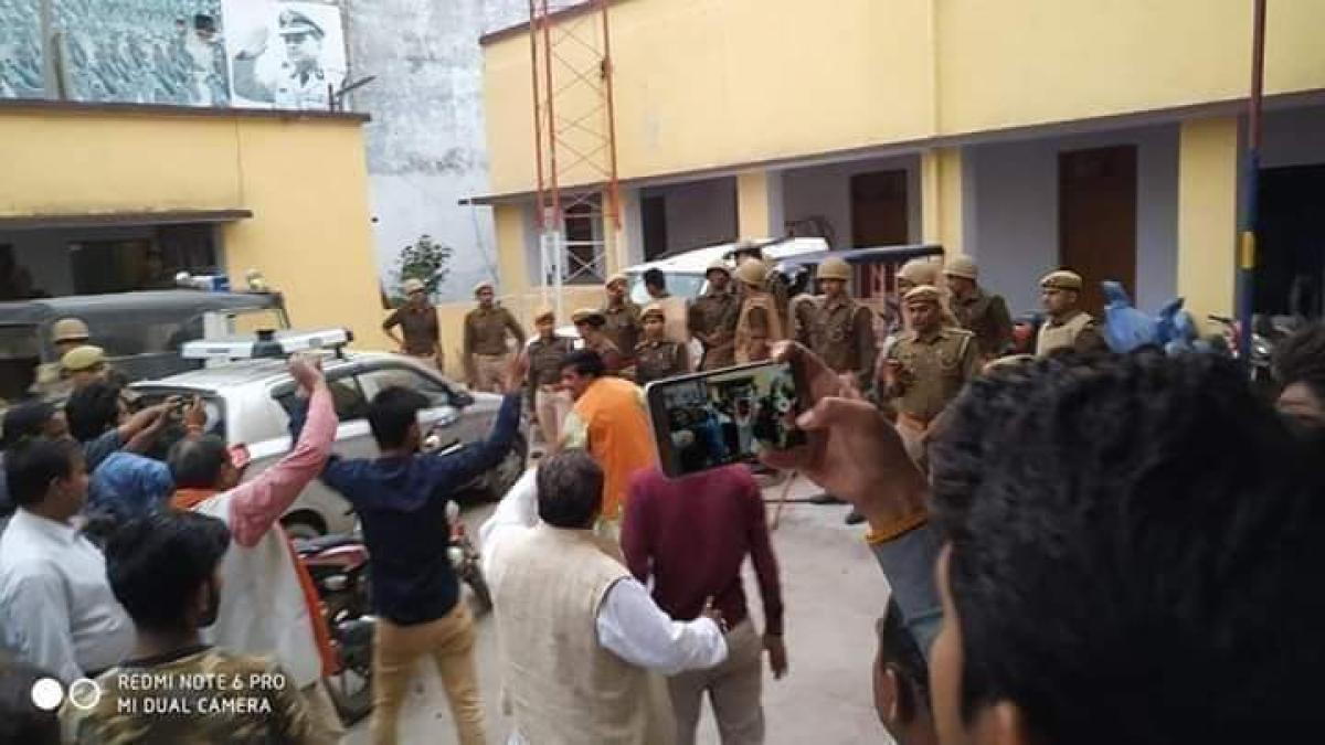 बाँदा पुलिस कोतवाली और चौकी का घेराब करते हुए भाजपाई।