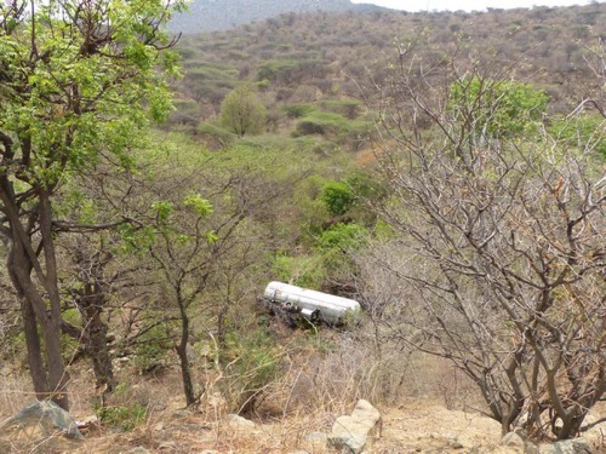 தர்மபுரி அருகே 100 அடி பள்ளத்தில் கவிழ்ந்தது டேங்கர் லாரி! (படங்கள்)