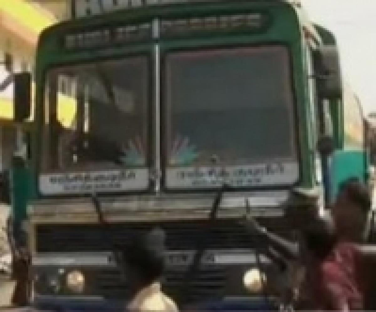 லாரி மோதி மாணவி பலி: டிரைவரை ஓட ஓட விரட்டி அடித்து உதைத்த மாணவர்கள் ( படங்கள்)
