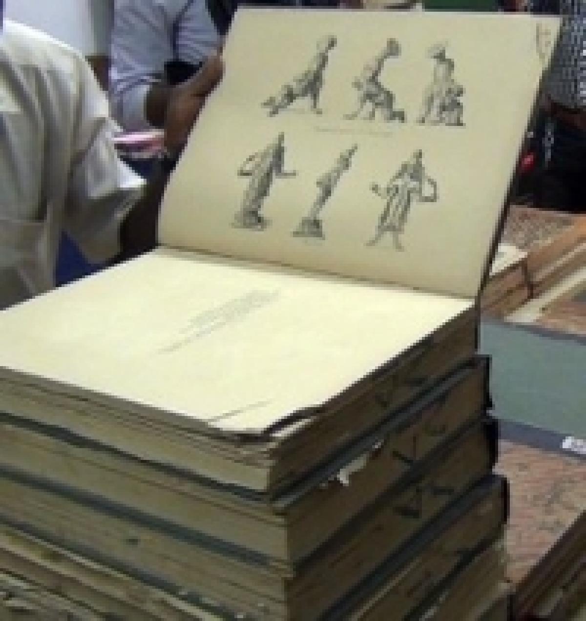 தஞ்சாவூர் கலெக்டர் அலுவலகத்தில் 150 ஆண்டு பழமையான புத்தகம், ஆவணங்கள் கண்டெடுப்பு (படங்கள்)