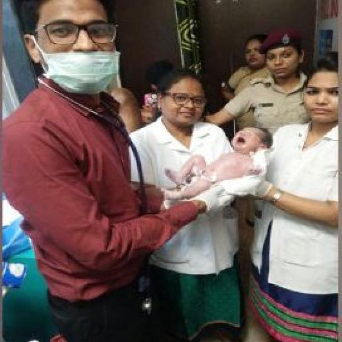 கைகொடுத்த ஒரு ரூபாய் க்ளினிக் - ரயில் நிலையத்தில் குழந்தையை பெற்றெடுத்த கர்ப்பிணி