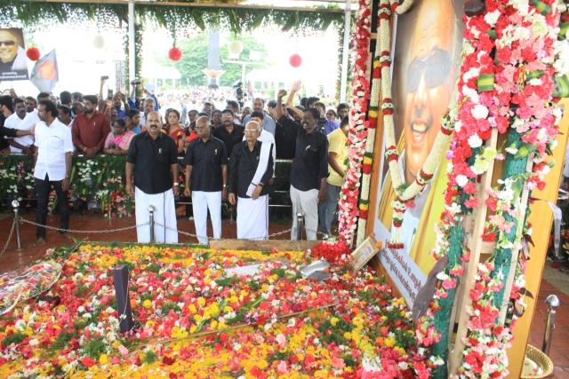 அஞ்சலி  செலுத்திய  தி.க தலைவர் கி.வீரமணி