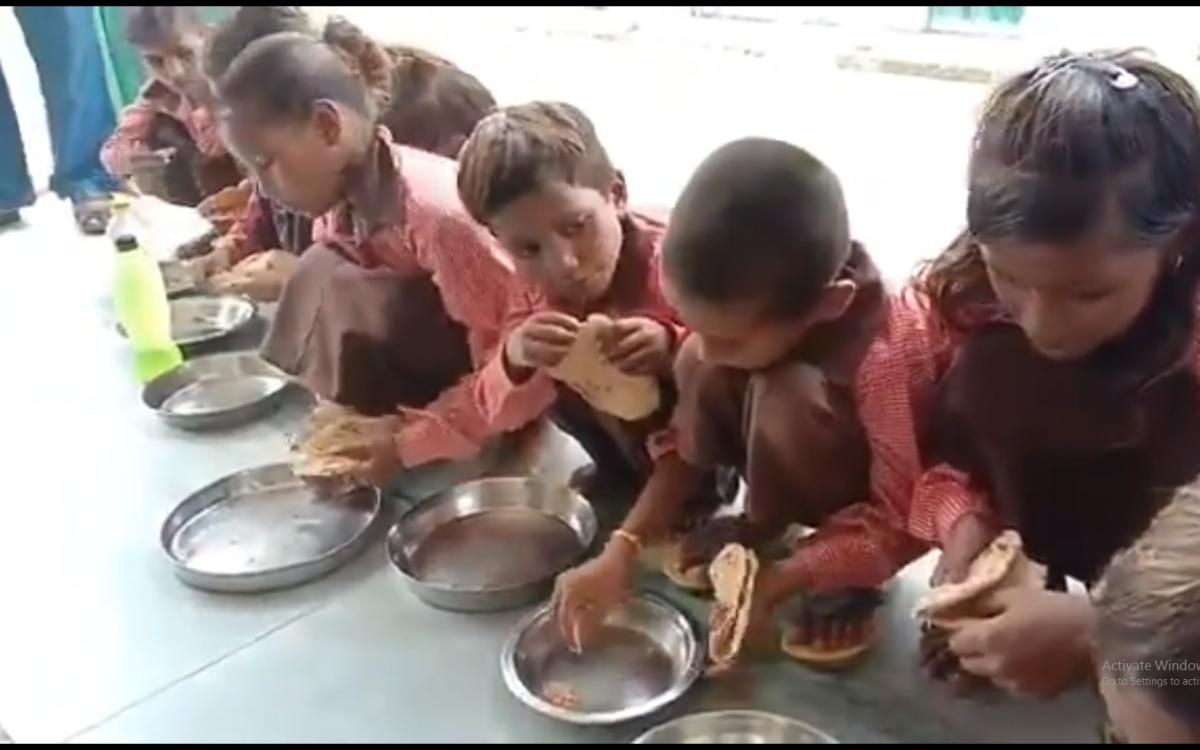 `ரொட்டியும் உப்பும்தான் சத்துணவு!' - வீடியோ எடுத்த பத்திரிகையாளர் மீது உ.பி அரசு வழக்கு