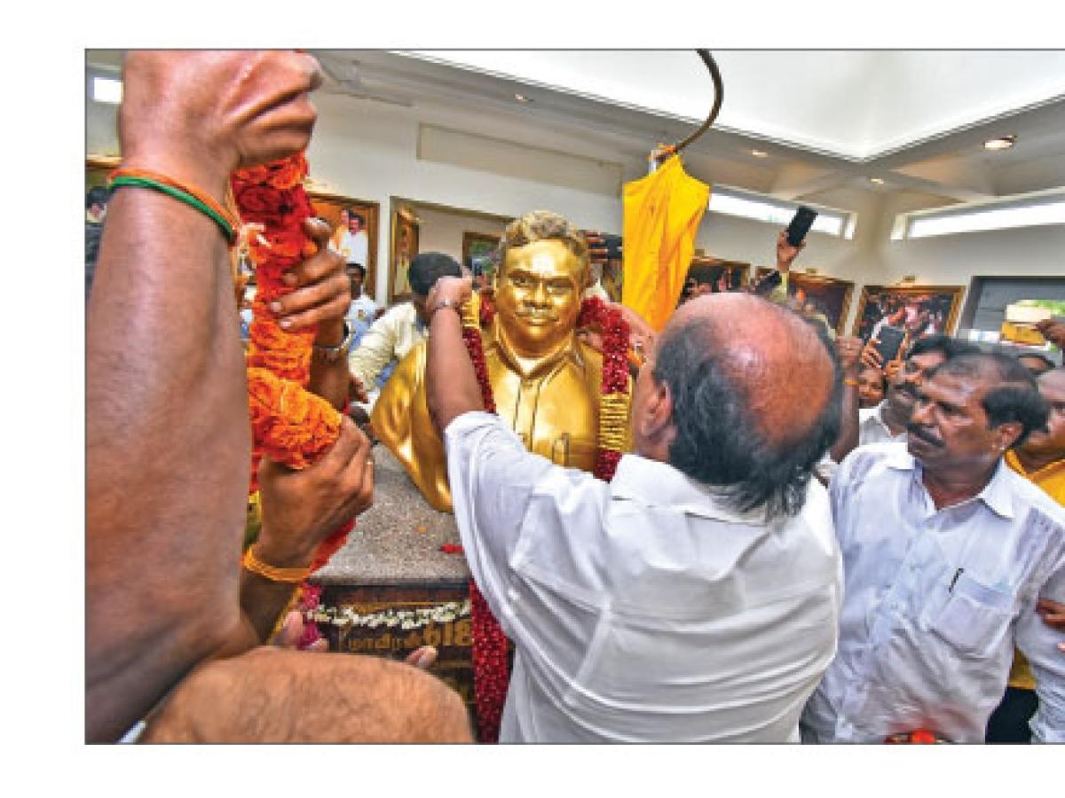 ''கடனை அடைக்க வழியில்லை... 2 கோடி ரூபாயில் மணி மண்டபம்!''