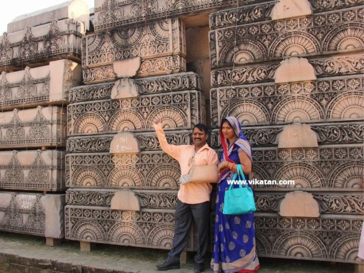 அயோத்தி ராமர் கோயில் கட்டுமானப் பொருள்கள்... பார்வையிடும் பக்தர்கள்! #VikatanInAyodhya #PhotoAlbum