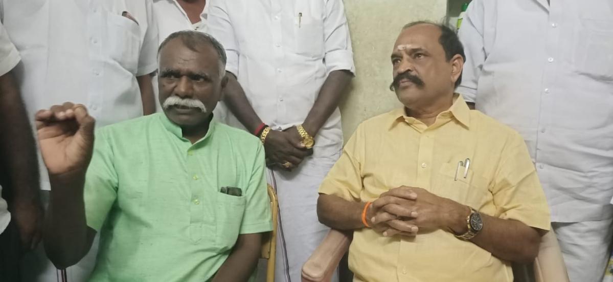 சோ.தர்மனுடன் அமைச்சர் கடம்பூர் ராஜு