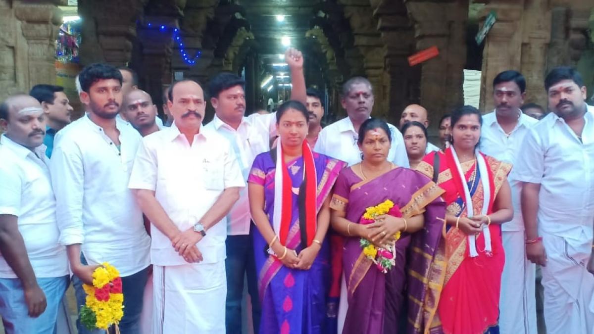 வேட்பாளர்களுடன் அமைச்சர் கடம்பூர் ராஜு