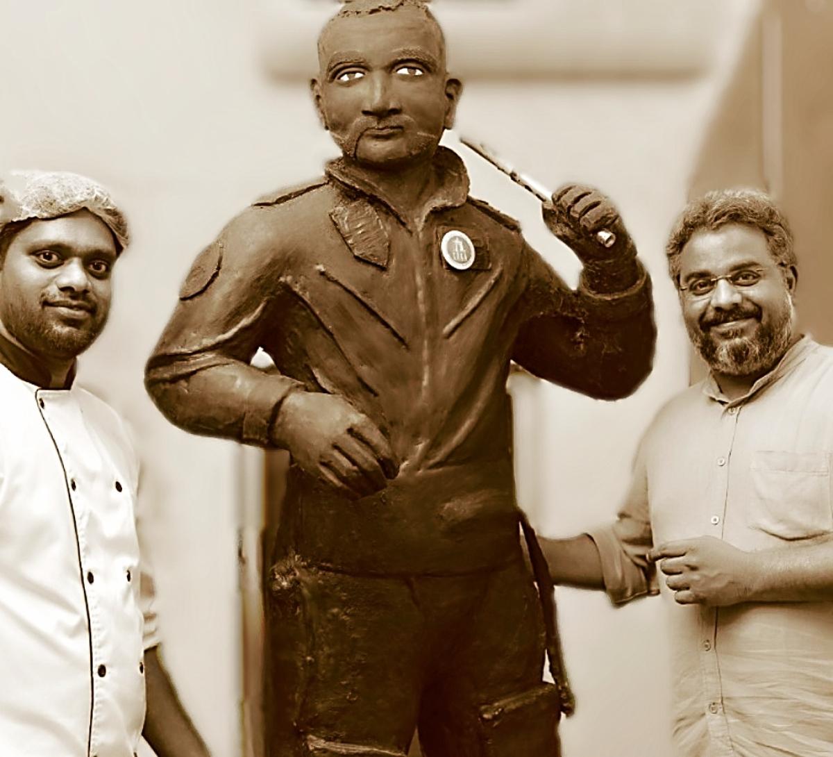 அபிநந்தன் சிலையுடன் செஃப் ராஜேந்திரன் மற்றும் நிறுவனர் ஸ்ரீகாந்த்